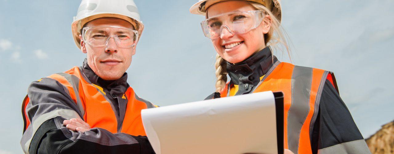 zwei Arbeiter mit Bauhelm