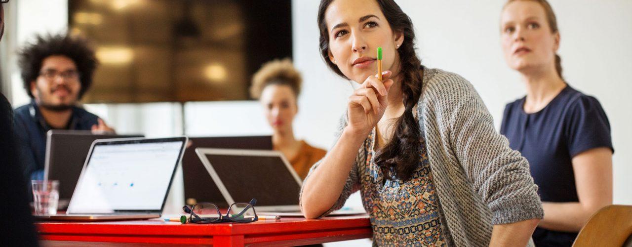 Frau-Meeting-Team-Laptop