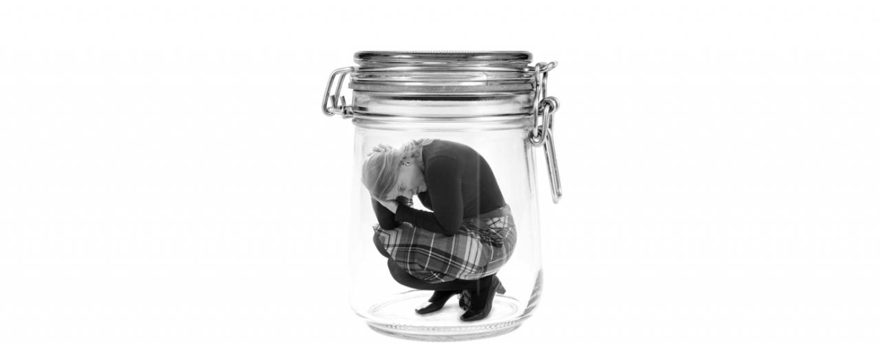 Frau im Glas gefangen
